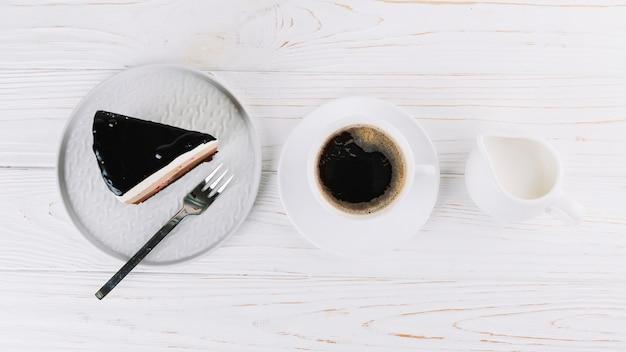 Xícara de chá e pastelaria fresca no café da manhã Foto gratuita