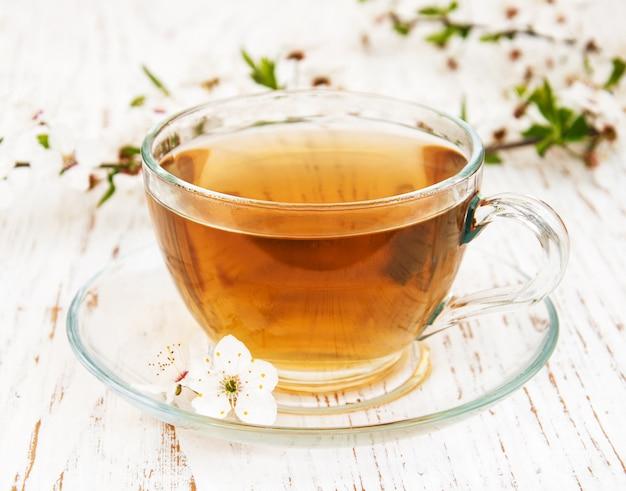 Xícara de chá e primavera flor Foto Premium
