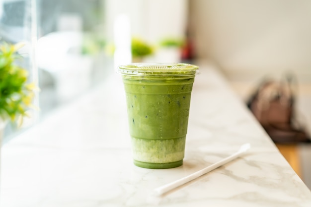 Xícara de chá verde matcha gelado com leite Foto Premium