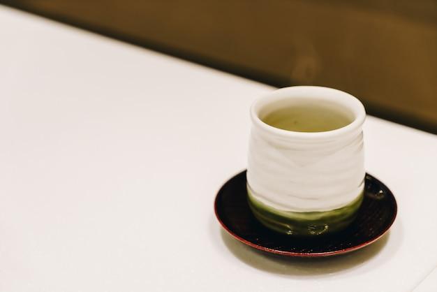 Xícara de chá verde quente Foto Premium