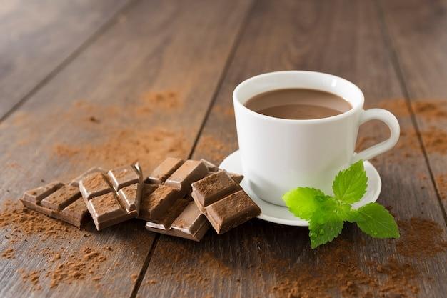 Xícara de chocolate quente com hortelã Foto gratuita