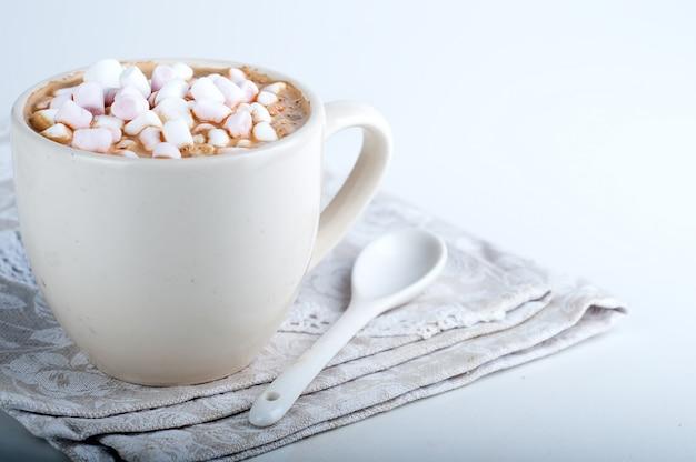 Xícara de chocolate quente com marshmallow Foto Premium
