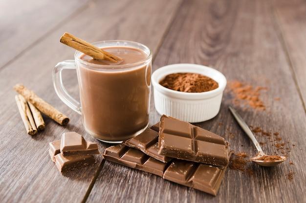 Xícara de chocolate quente com pau de canela Foto gratuita