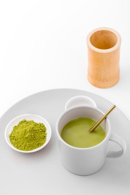 Xícara de close-up com chá matcha e pó Foto gratuita