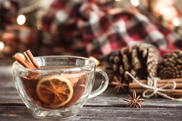 Xícara de natal com canela e limão Foto gratuita