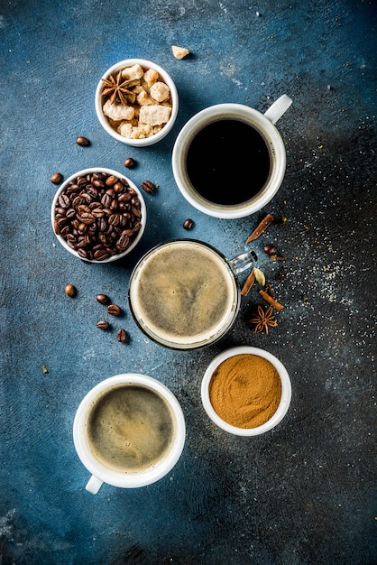 Xícaras de café com feijão e café moído Foto Premium