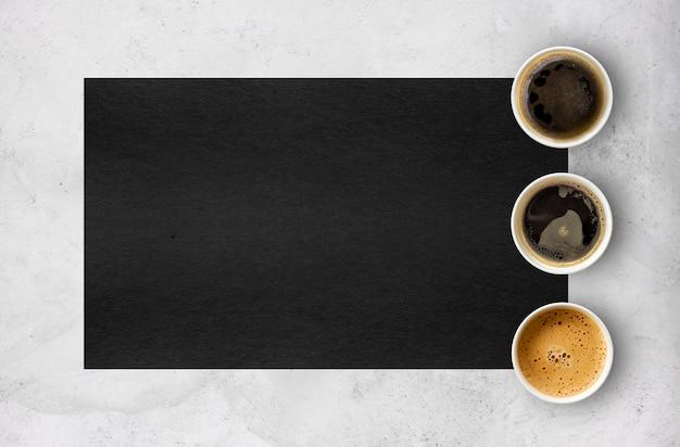 Xícaras de café de papel no fundo da mesa de cimento. vista do topo Foto Premium