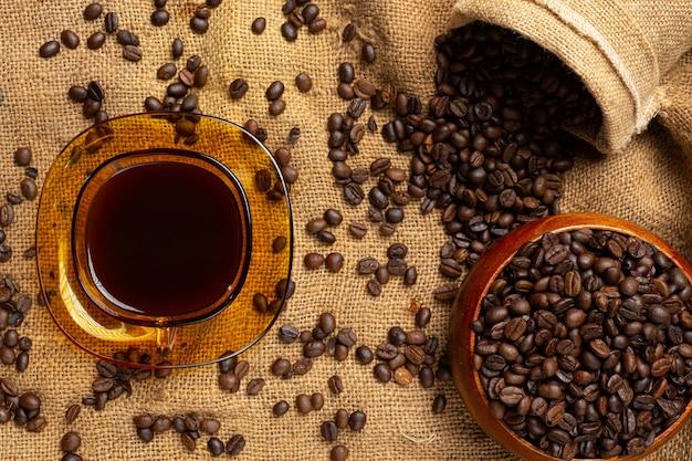 Xícaras de café e grãos, conceito do dia internacional do café Foto gratuita