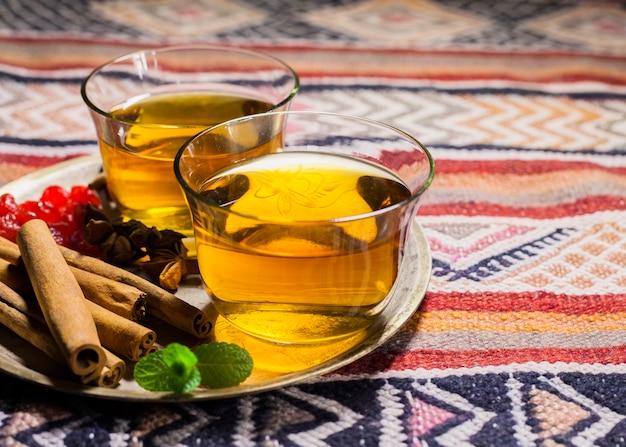 Xícaras de chá com canela na chapa Foto gratuita
