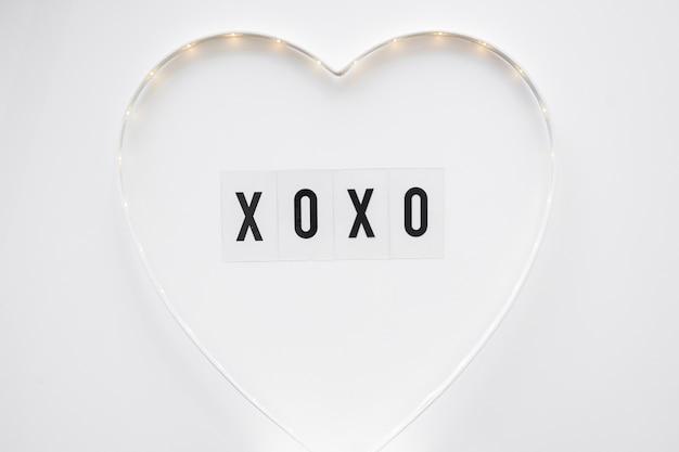 Xoxo escrevendo dentro do coração bonito Foto gratuita