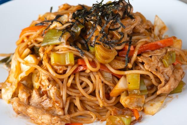 Yakisoba ou macarrão cozinhando com molho. Foto Premium