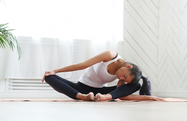Yoga em casa Foto gratuita