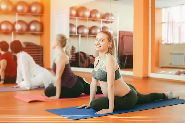 Yoga para mulheres grávidas Foto Premium