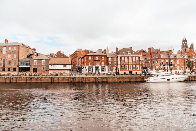 York city com o rio ouse em york reino unido. Foto Premium