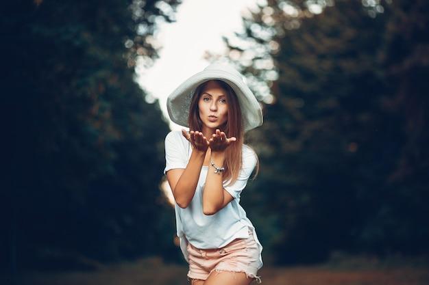 Yound e menina bonita em um parque de verão Foto gratuita