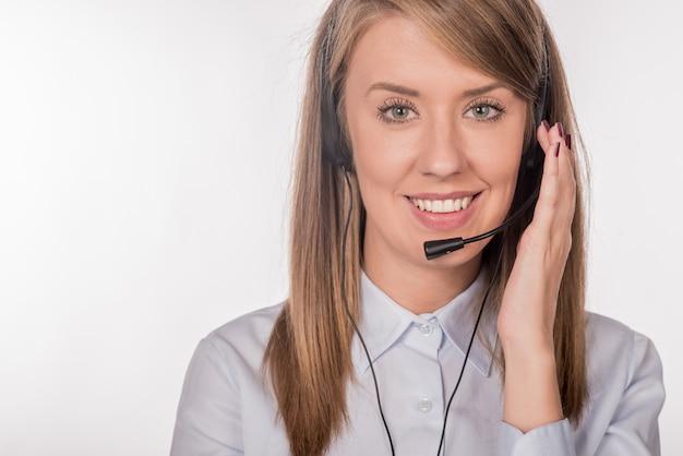 Young beautiful call center worker Foto gratuita