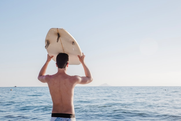 Young guy in surfers paradise Foto gratuita
