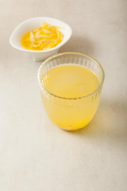 Yujacha (chá yuja ou chá yuzu) é um chá coreano popular e marmelada de yuja em tigela. foco seletivo, copie o espaço. Foto Premium