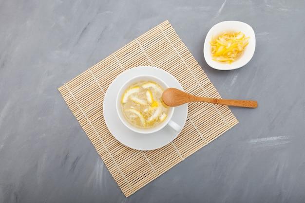Yujacha (chá yuja ou chá yuzu) é um chá coreano popular para suporte imunológico. foco seletivo, copie o espaço. Foto Premium