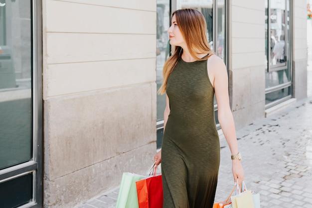 Yung mulher durante a janela de compras Foto gratuita