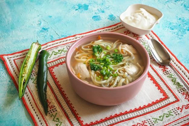 Zama, sopa de galinha romena e moldava com macarrão. a sopa tradicional de ressaca é servida com pimenta e creme de leite. Foto Premium