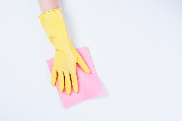 Zelador de limpeza com espanador no fundo branco Foto gratuita