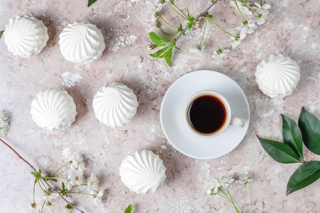 Zephyr branco, deliciosos marshmallows com flores da flor de primavera, vista superior Foto gratuita