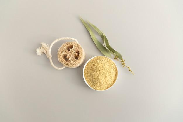 Zero desperdício de produtos de higiene pessoal. scrab de corpo de semente de mostarda natural, eucalipto branche. programa anticelulite, desintoxicação, saturação da pele com vitaminas Foto Premium
