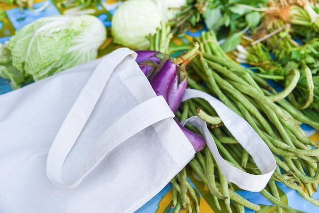 Zero resíduos usam menos plástico dizem que nenhum conceito de saco de plástico vegetais em algodão ecológico Foto Premium