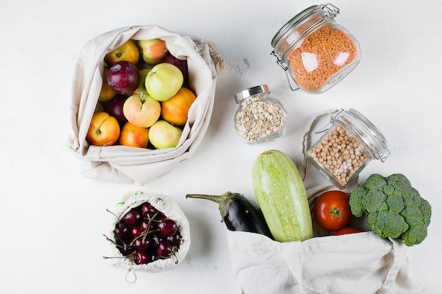Zero waste food storage eco bag vista de cima. saco de algodão reutilizável com vegerables frescos, frutas Foto Premium
