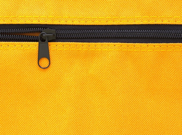 Zíper no fundo do saco amarelo Foto gratuita