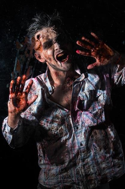 Zombie assustador traje cosplay Foto gratuita