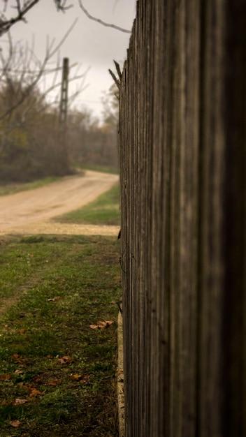Zona rural perto de uma cerca de madeira Foto Premium