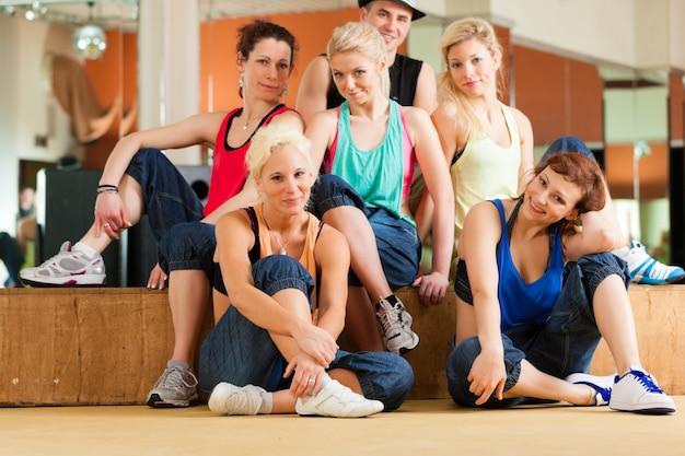 Zumba ou jazzdance - jovens dançando no estúdio Foto Premium