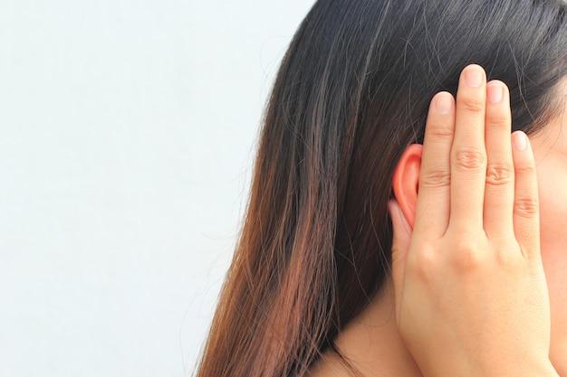 Zumbido, jovem tem dor no ouvido Foto Premium
