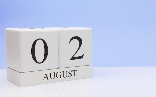 02. august tag 2 des monats, täglicher kalender auf weißer tabelle Premium Fotos