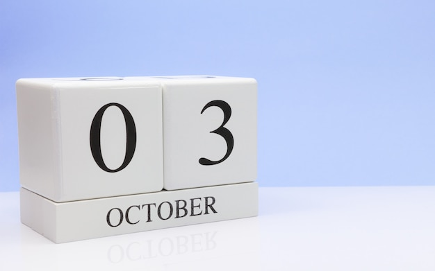 03. oktober tag 3 des monats, täglicher kalender auf weißer tabelle Premium Fotos