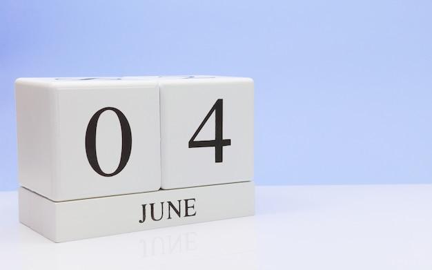 04. juni tag 4 des monats, täglicher kalender auf weißer tabelle Premium Fotos