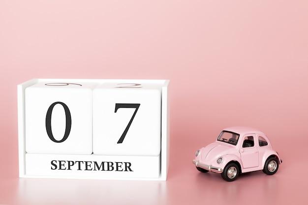 07. september. tag 7 des monats. kalenderwürfel mit auto Premium Fotos