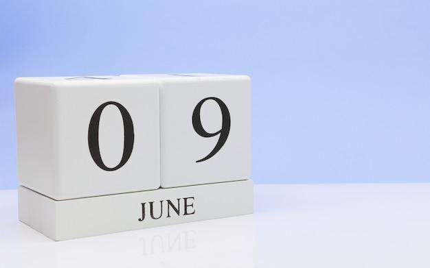 09. juni tag 9 des monats, täglicher kalender auf weißer tabelle Premium Fotos