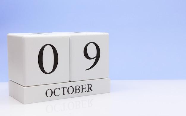 09. oktober tag 9 des monats, täglicher kalender auf weißer tabelle Premium Fotos
