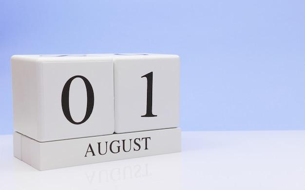 1. august tag 1 des monats, täglicher kalender auf weißer tabelle Premium Fotos