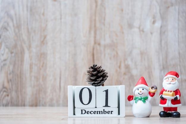 1. dezember kalender mit weihnachtsdekoration, schneemann, weihnachtsmann Premium Fotos