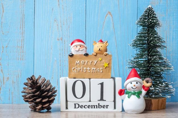 1. dezember kalender mit weihnachtsdekoration Premium Fotos