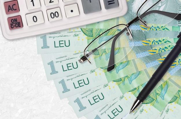 1 rumänischer leu rechnungen fan und taschenrechner mit brille und stift Premium Fotos