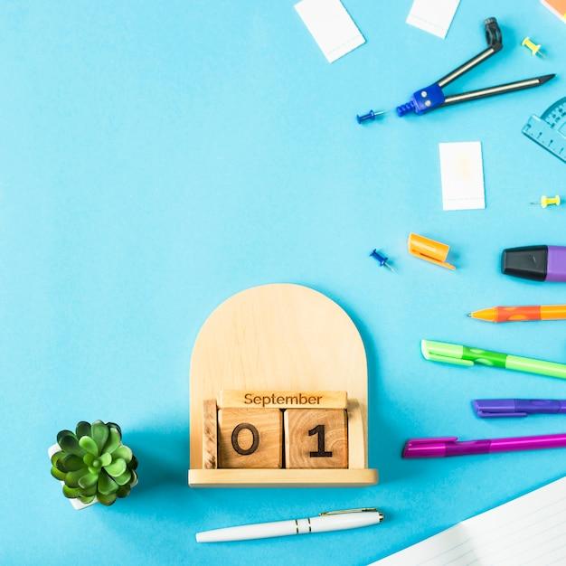 1. september auf einem hölzernen kalender unter den versorgungen für die studie auf einem blauen hintergrund Premium Fotos