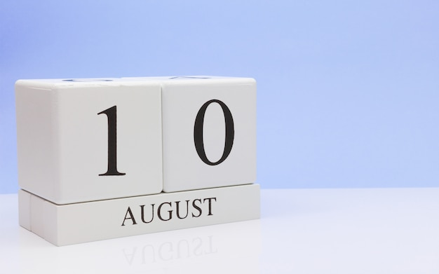 10. august tag 10 des monats, täglicher kalender auf weißer tabelle Premium Fotos