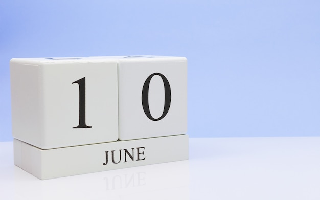 10. juni tag 10 des monats, täglicher kalender auf weißer tabelle Premium Fotos