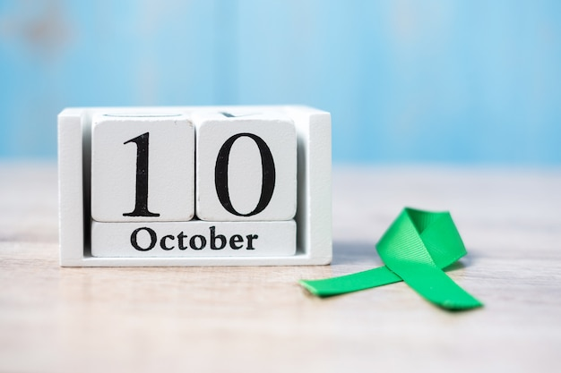 10. oktober des weißen kalenders mit grünem band. welttag der psychischen gesundheit Premium Fotos