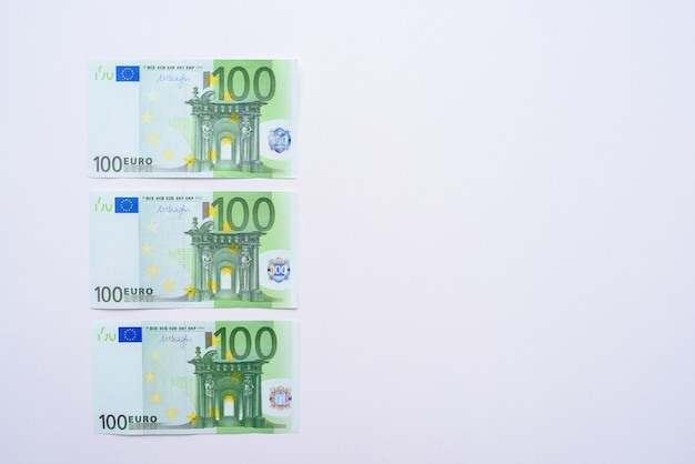 100 euro rechnet euro banknoten geld. währung der europäischen union Premium Fotos